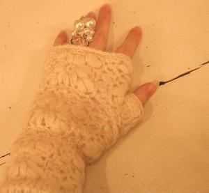 Cream_glove